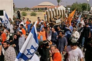 Ontruiming van Netzarim op 22-8-2005; op de achtergrond de synagoge waarop de meegenomen menora stond.