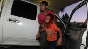 Een bebloede Palestijnse jongen wordt afgeleverd bij Shifa Hospital in Gaza Stad, 10 nov. 2012