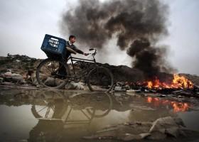 Suggestieve foto van Palestijnse jongen naast vuilnisbelt Gaza