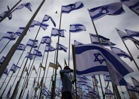 Rolf ziet door de Israelische vlaggen het bos niet meer