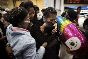 Leden van de Bnei Menashe-gemeenschap worden door familieleden verwelkomd op de luchthaven van Tel Aviv.