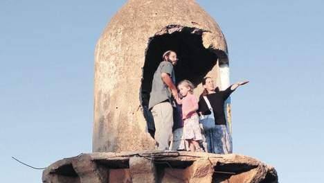 Joodse kolonisten in vernielde minaret bij Jenin