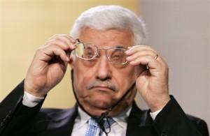 Abbas maakt zijn bril schoon