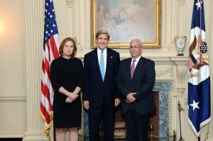 Tzipi Livni, John Kerry en Saeb Erekat bij het begin van de onderhandelingen op 30 juli 2013. (Foto: State Department)