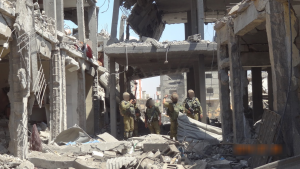 soldiers-Gaza-ruins