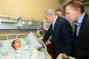 Premier Netanyahu en veiligheidsminister Gilad Erdan bezoeken in het ziekenhuis Adele Banita, die haar man Aharon verloor bij een aanval in de oude stad van Jeruzalem op 3 oktober (foto Kobi Gideon/GPO)