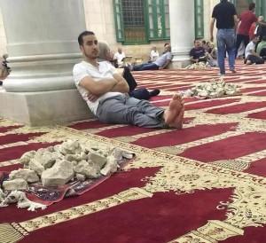 In de Al Aqsa moskee op de Tempelberg liggen voorraden stenen klaar.