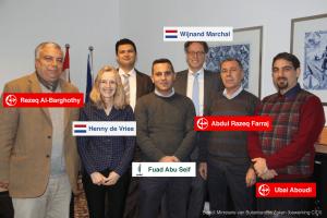 Twee Nederlandse vertegenwoordigers op de foto met o.a. drie PFLP terroristen.